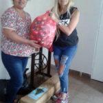 1.Sandra hace entrega de la donación a Paola